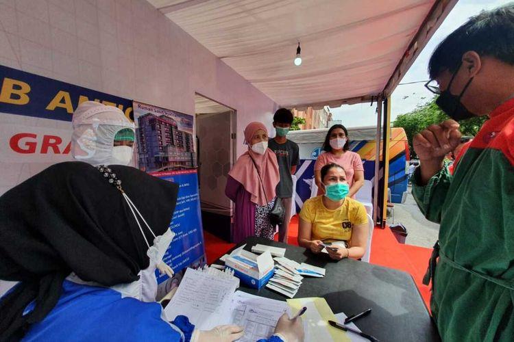 Petugas melakukan swab antigen terhadap warga di pos Operasi Keselamatan Lancang Kuning 2021 di Kota Pekanbaru, Provinsi Riau.Dok Istimewa