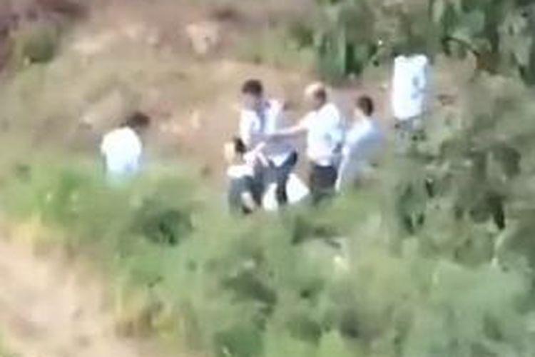 Dalam foto yang diambil dari situs YouTube ini, terlihat seorang petugas mengarahkan pistolnya ke belakang kepala seorang pria yang nampaknya adalah seorang terpidana mati. Video ini diunggah ke situs Sina dan YouTube, sudah ditonton sebanyak 2,5 juta orang.