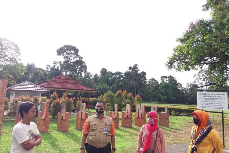 Pelaku Pariwisata, Ahok saat mendampingi LO Gugus Tugas Covid 19 BNPB yang memeriksa pelaksanaan protokol kesehatan di objek wisata Candi Muaro Jambi