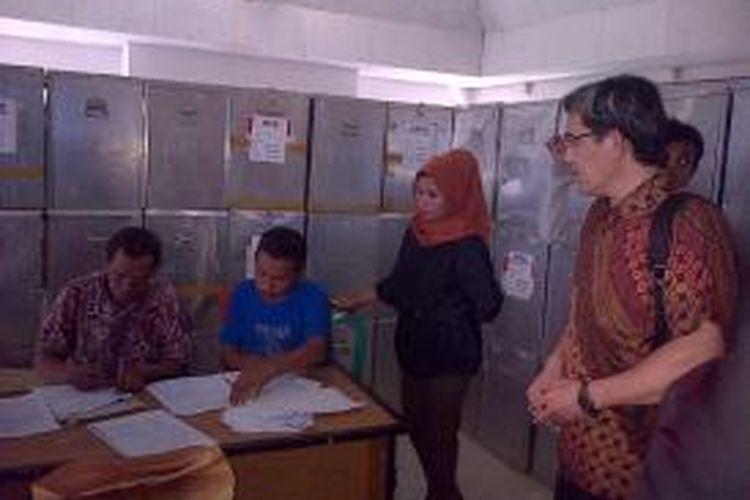 Anggota KPU RI Haidar Gumay memantau proses pelaksanaan penghitungan surat suara ulang di kantor KPU Kendari