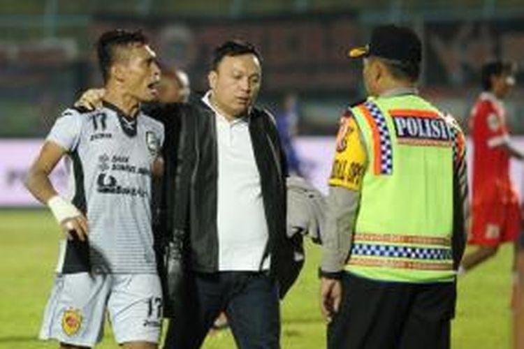 Ferdinand Sinaga (kiri), meluapkan emosinya setelah Sriwijaya FC dikalahkan Persija Jakarta dengan skor 0-1 dalam lanjutan pertandingan Grup A Piala Jenderal Sudirman di Stadion Kanjuruhan, Kab. Malang, pada Rabu (25/11/2015).