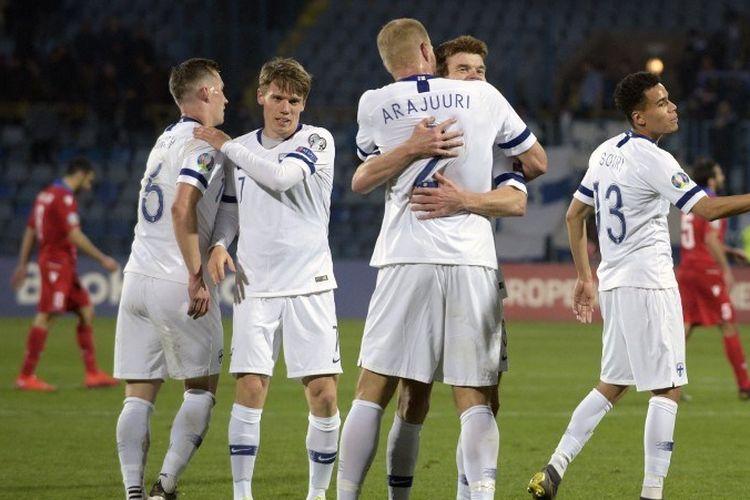 Para pemain timnas Finlandia merayakan kemenangan yang diraih atas Armenia di Yerevan, 26 Maret 2019.