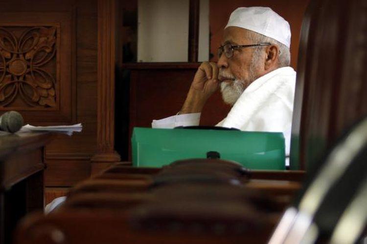 Terdakwa kasus terorisme Abu Bakar Baasyir menjalani persidangan dengan agenda pemeriksaan saksi, di Pengadilan Negeri Jakarta Selatan, Kamis (24/3/2011). Baasyir didakwa terlibat dalam pelatihan terosis di Aceh dan beberapa aksi terorisme di tanah air.