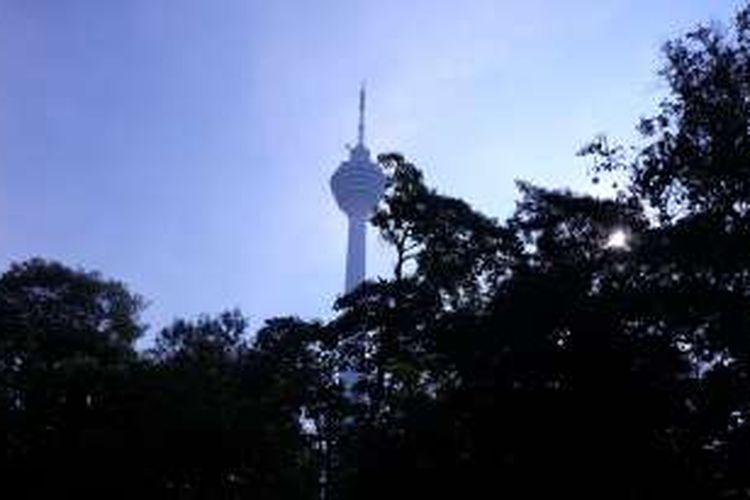 Menara Kuala Lumpur nampak dari kanopi KL Forest Eco Park.