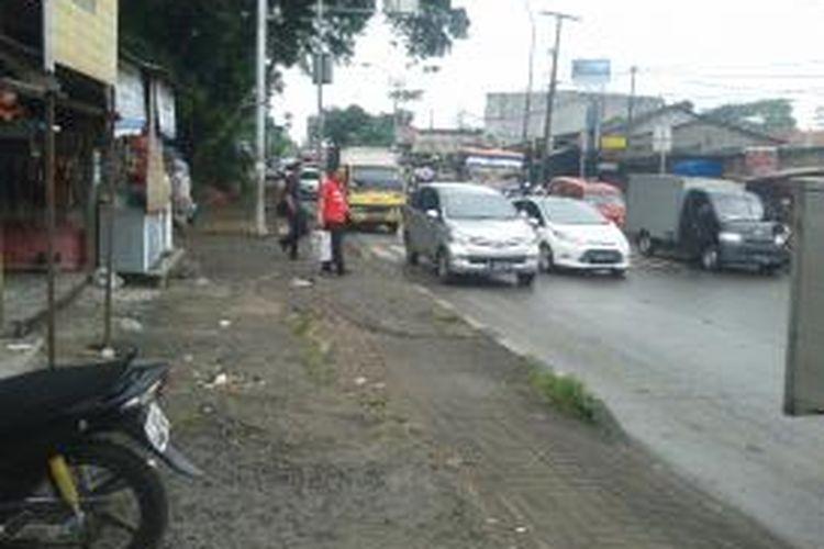 Kawasan sekitar Stasiun Lenteng Agung, Jalan Raya Lenteng Agung, Jakarta Selatan, Senin (15/7/2013). Akibat tidak adanya Jembatan Penyebrangan Orang (JPO), kawasan ini menjadi biang kemacetan akibat banyaknya orang lalu lalang dan angkutan kota yang berhenti di sembarang tempat