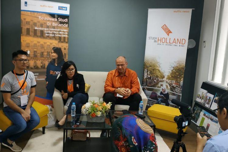 Direktur Nuffic Neso Indonesia Peter van Tuijl dan Koordinator Tim Beasiswa Nuffic Neso Indonesia Indy Hardono dalam konferensi pers HSD 2019 (19/1/2019).