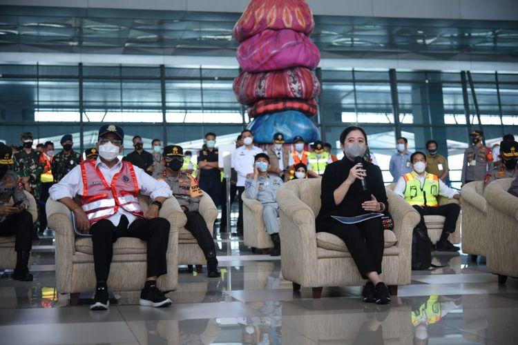 Ketua DPR Puan Maharani dan Menteri Perhubungan Budi Karya Sumadi saat meninjau pelaksanaan larangan mudik Lebaran di Bandara Soekarno-Hatta, Tangerang, Banten, Rabu (12/5/2021).