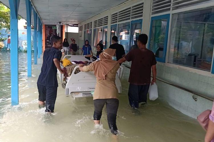 Petugas paramedis RSUD Kraton Pekalongan Jawa Tengah mengevakuasi pasien karena ruangan bangsal terendam banjir.
