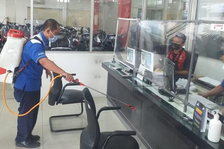 Aktivitas penyemprotan disinfektan di diler dan bengkel resmi Yamaha Jatim