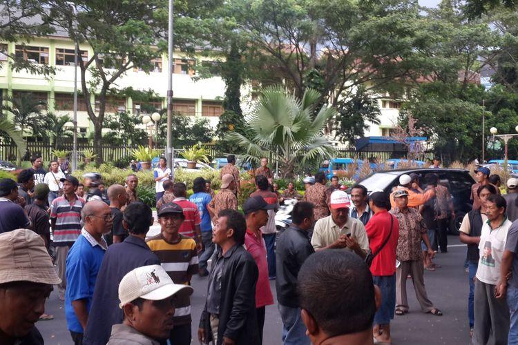 Sejumlah sopir angkot saat menunggu keputusan atas tuntutannya terkait angkutan online, Selasa (7/3/2017) di depan Gedung DPRD Kota Malang.