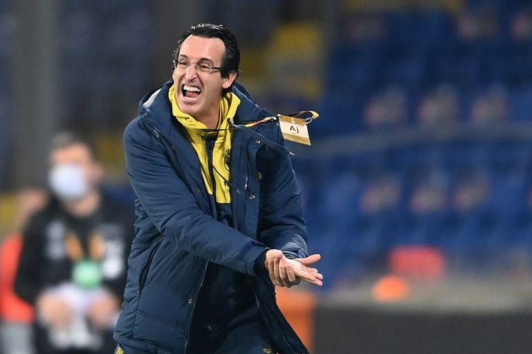 Pelatih Villarreal, Unai Emery, memberi instruksi kepada para pemain pada laga kontra Qarabag di pentas Liga Europa, 29 Oktober 2020.