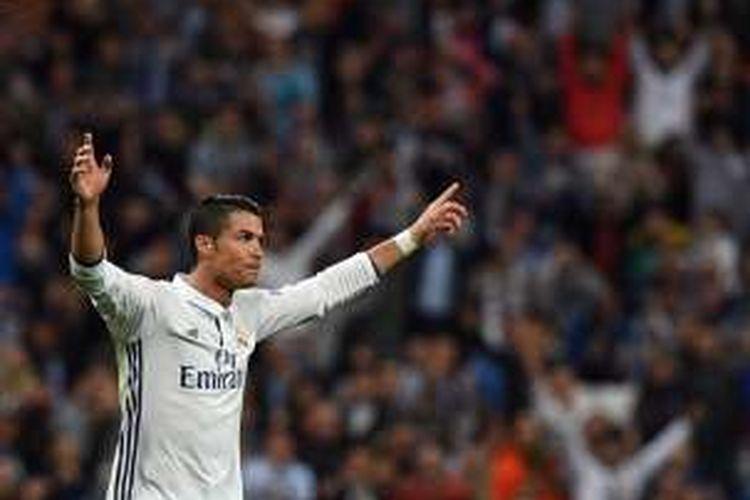 Penyerang Real Madrid, Cristiano Ronaldo, sukses mencetak gol ke gawang Sporting CP dalam laga Liga Champions di Stadion Santiago Bernabeu, 14 September 2016.