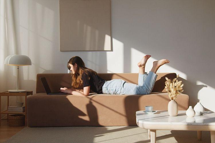 Ilustrasi bersantai di rumah.