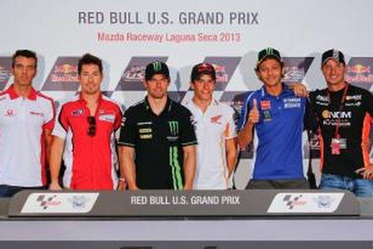 Pebalap Repsol Honda, Marc Marquez (tiga dari kanan), berdiri di antara pebalap lain (kiri-kanan), Alex de Angelis, Nicky Hayden, Cal Crutchlow, Valentino Rossi, dan Colin Edwards, pada konferensi pers jelang GP Amerika Serikat, Kamis (18/7/2013).