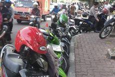 Motor Dilarang Masuk Pengadilan Tipikor, Bahu Jalan Jadi Parkir Dadakan