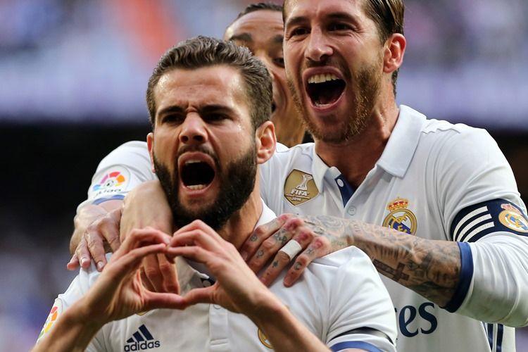 Bek Real Madrid, Nacho Fernandez (kiri), merayakan golnya seusai membobol Sevilla pada 14 Mei 2017.