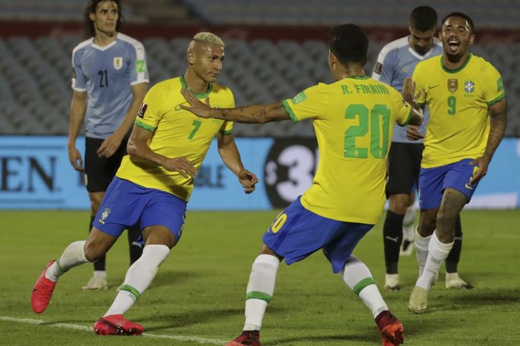 Winger Brasil Rcharlison (nomor 7) merayakan golnya ke gawang Uruguay pada laga matchday empat Kualifikasi Piala Dunia Zona Conmbebol di Estadio Centenario, Montevideo, Rabu (18/11/2020).