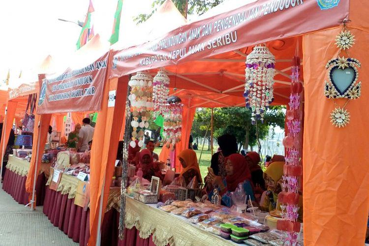 Sejumlah stan dari berbagai UMKM unggulan di Jakarta memeriahkan konser Kebangkitan Nasional di Waduk Pluit, Sabtu (20/5/2017).