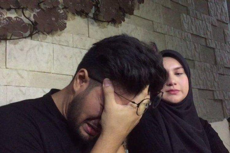 Tangis Ammar Zoni ketika menceritakan momen dirinya pingsan saat menyaksikan jenazah bayi kembarnya di kediaman mereka di Cinere, Depok, Kamis (10/10/2019).