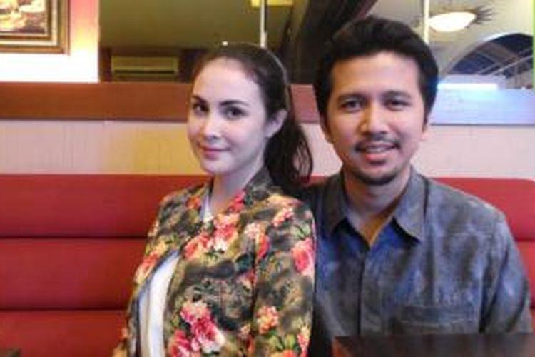 Arumi Bachsin bersama suaminya, Emil Elestianto Dardak diabadikan usai wawancara di Cilandak Town Square, Jakarta Selatan, Sabtu (17/1/2015).