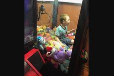Ingin Mendapatkan Boneka, Bocah Ini Justru Terjebak di Mesin Permainan