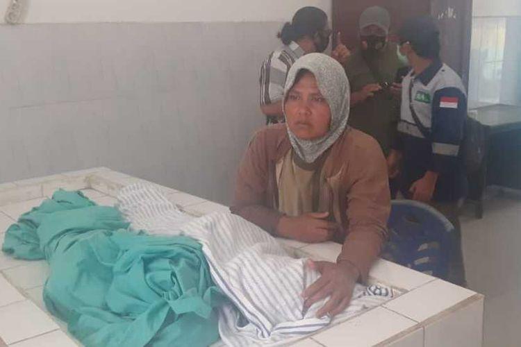 Seorang warga menunggu jenazah dua anak yang menjadi korban akibat semburan gas dari proyek panas bumi di Desa Sibanggor Julu, Kecamatan Puncak Sorik Marapi, Kabupaten Madina, Senin (25/1/2021). Sedikitnya lima warga tewas dan puluhan mengalami keracunan dirawat di RSUD Panyabungan.