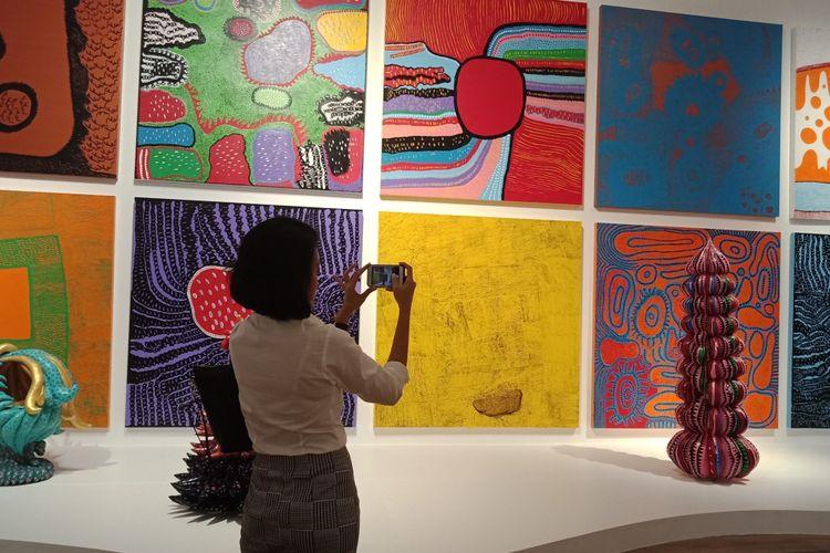 Seorang pengunjung tengah mengambil foto salah satu instalasi karya seniman Yayoi Kusama di Museum Macan, Selasa (8/5/2018).