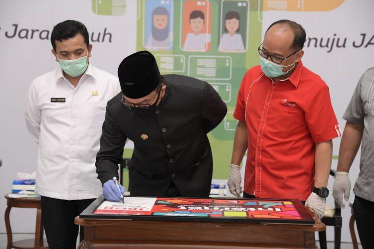 Gubernur Jawa Barat Ridwan Kamil menandatangani perjanjian kerja sama dengan Telkomsel terkait microchip gratis dan kuota murah, Rabu (2/9/2020).