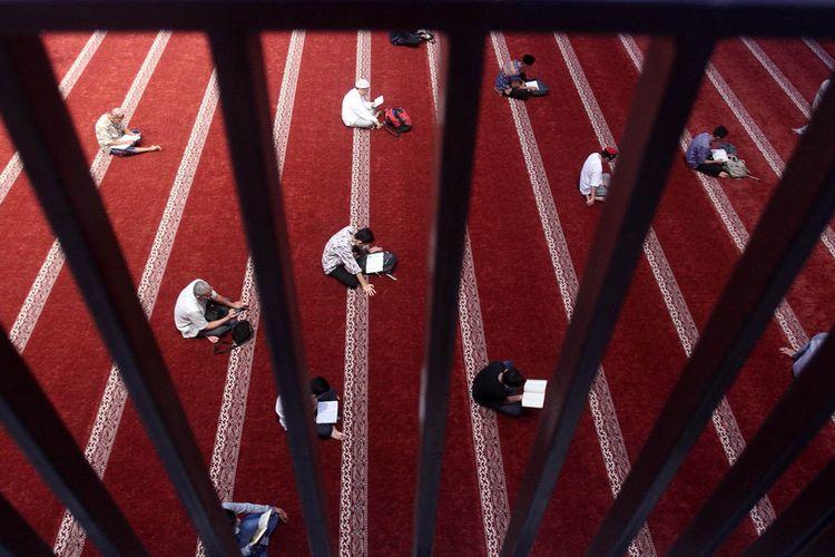 Umat Islam bertadarus saat melakukan iktikaf di Masjid Raya Sumatera Barat, Padang, Sabtu (25/5/2019). Iktikaf merupakan bagian dari ibadah yang dianjurkan pada umat Islam pada 10 hari terakhir di bulan suci Ramadhan, yang dilakukan di masjid dengan memperbanyak membaca Al Quran dan berzikir.