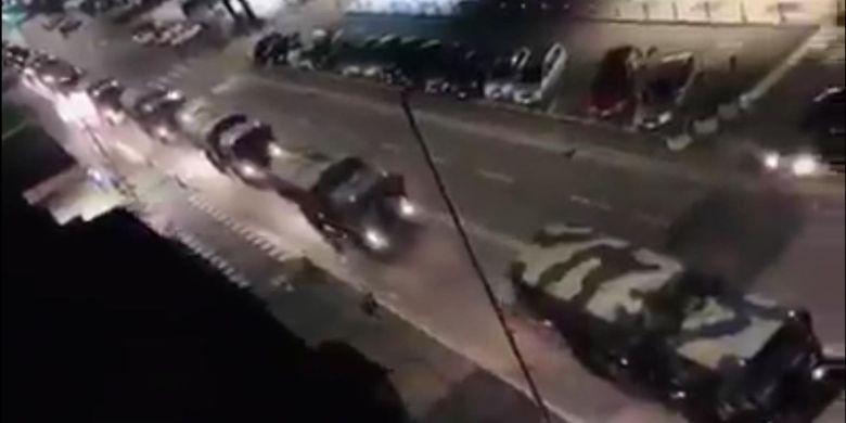 Iring-iringan kendaraan militer ketika membawa peti jenazah korban meninggal virus corona di kota Bergamo, Italia.
