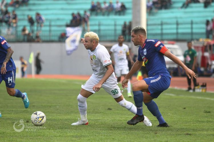 Pemain Persebaya Surabaya asal Brasil, Diogo Camapos dijaga ketat kapten PSIS Semarang, Wallace Costa pada Pekan 19 Liga 1 2019 yang berakhir denga skor 0-4 di Stadion Moch Soebroto Magelang, Jawa Tengah, Jumat (20/09/2019) sore.