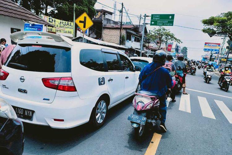Sejumlah kendaraan terlihat maju perlahan saat melintasi jalur Puncak Bogor, Jawa Barat, Minggu (12/9/2021).