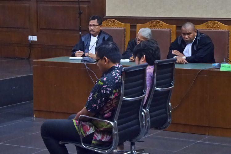 Dua terdakwa mantan pegawai PT Melati Technofo Indonesia, Hardy Stefanus dan Muhammad Adami Okta, di Pengadilan Tipikor Jakarta, Jumat (5/5/2017).