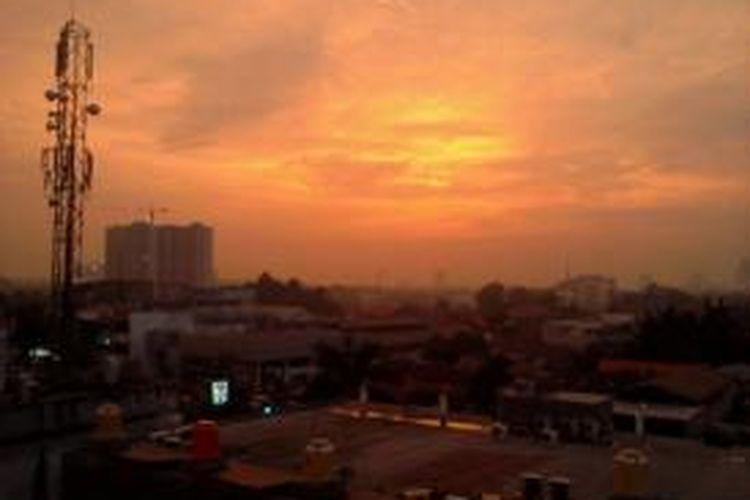 Ilustrasi. Langit Kamis (9/1/2013) sore Jakarta masih tampak terang meski waktu sudah menunjukkan pukul 18.30 WIB.
