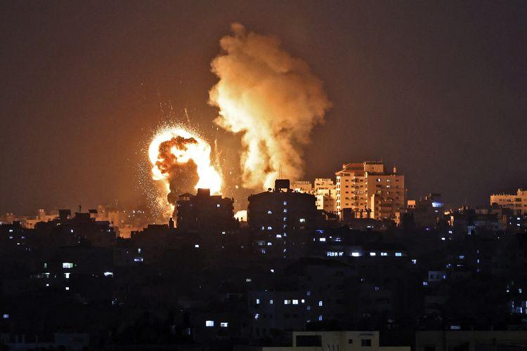 Foto in menunjukkan ledakan akibat serangan udara di Jalur Gaza yang dikontrol Hamas, pada Senin (10/5/2021). Israel melancarkan serangan udara di Gaza untuk membalas serangan roket dari Hamas, dalam bentrokan terbaru di Masjid Al-Aqsa Palestina.