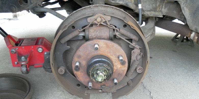 Ilustrasi tromol pada kendaraan roda empat.