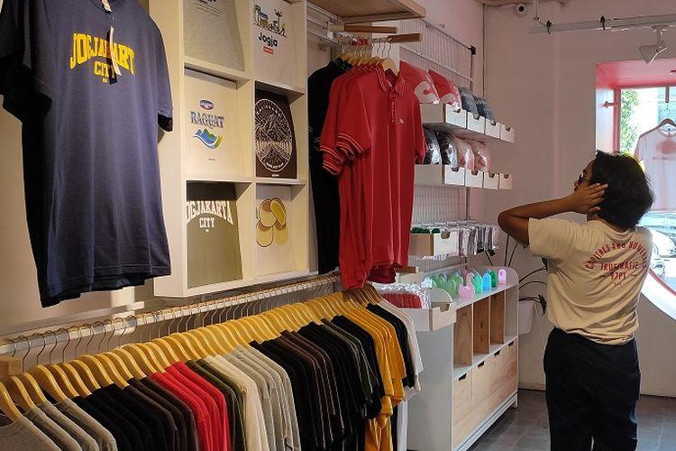Pengunjung melihat desain baju dan kaos yang dijual di toko Supoyo. Harga baju dan kaos tersebut berkisar Rp 125.000.