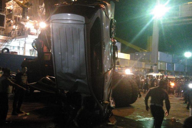 Mobil Avanza yang dikendarai korban di evakuasi dari laut