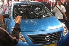 Pendukung Prabowo Tendang dan Paksa Taksi Blue Bird Naik ke Trotoar