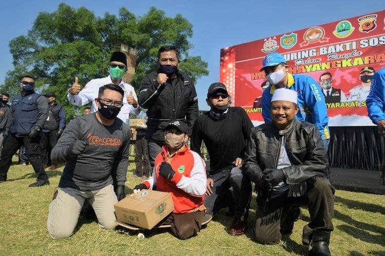 Ketua Gugus Tugas Percepatan Penanggulangan Covid-19 Jawa Barat Ridwan Kamil bersama Forkopimda Jawa Barat membagikan ribuan paket sembako, Minggu (5/7/20).