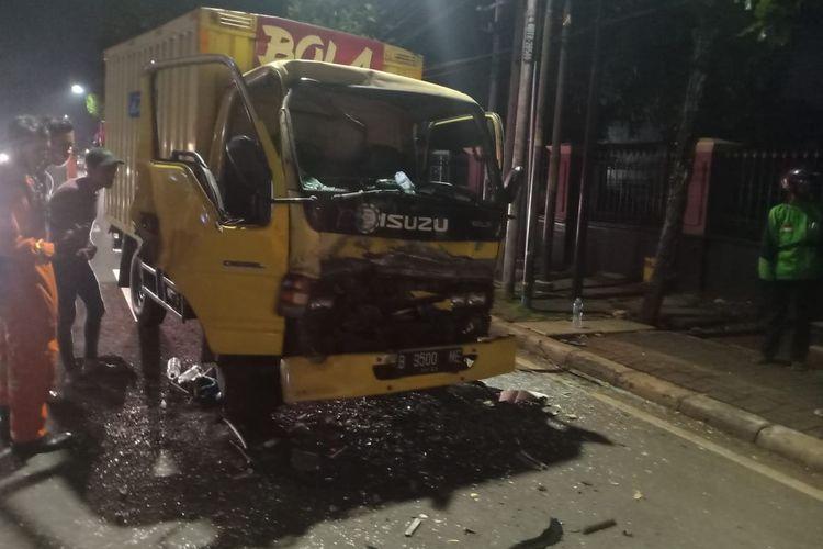 Kondisi mobil box yang menabrak bus di depannya di Jalan Ciputat Raya, Jakarta Selatan, pada Sabtu (14/11/2020). Supir diduga mengantuk dan menabrak bus di depannya. Bagian depan mobil box hancur sehingga menggencet tubuh supir. Korban dievakuasi oleh petugas damkar dan segera dilarikan ke RS terdekat.