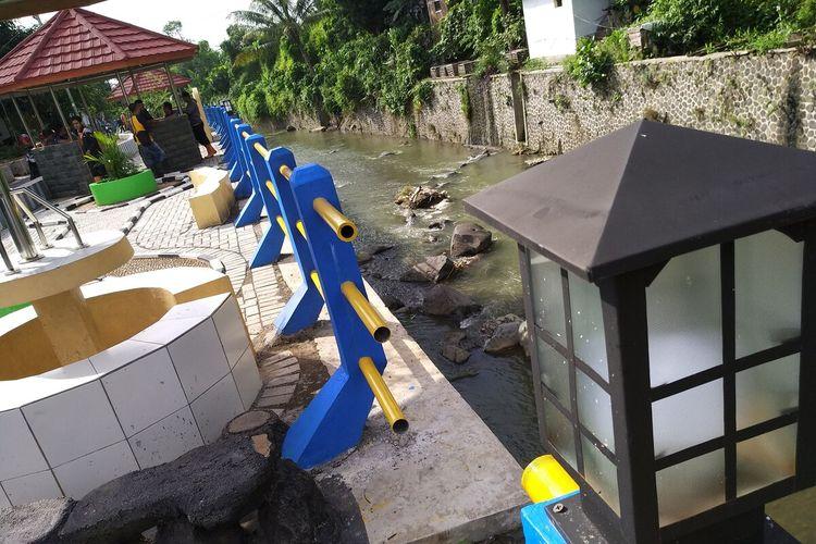 Taman bermain dan tempat nongkrong warna warni dibangun oleh masyarakat di bantaran Sungai Ciloseh demi meningkatkan kesadaran masyarakat sekitar untuk tak buang sampah ke sungai di Kelurahan Panyingkiran, Kecamatan Indihiang, Kota Tasikmalaya, Jumat (21/2/2020).