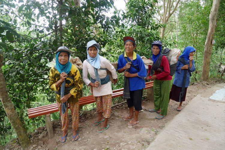 Ibu-ibu yang bekerja mengangkut pasir dan batu untuk pembangunan di Wisata Alam Bukit Kalibiru, Desa Hargowilis, Kecamatan Kokap, Kulon Progo, Daerah Istimewa Yogyakarta, Jumat (3/11/2017).