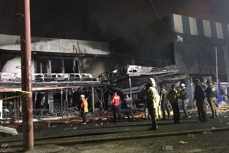 Pemadam kebakaran berhasil melokalisir api yang membakar Cahaya Swalayan di Jalan Cilandak KKO, Ragunan, Pasar Minggu, Jakarta Selatan pada Selasa (21/9/2021) malam.