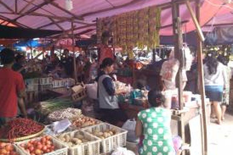 Lokasi Binaan Pasar Minggu, Jakarta Selatan, sudah dipenuhi pedagang, Rabu (14/8/2013). Mereka mencoba konsisten menaati pemerintah dengan tidak berjualan di jalan.