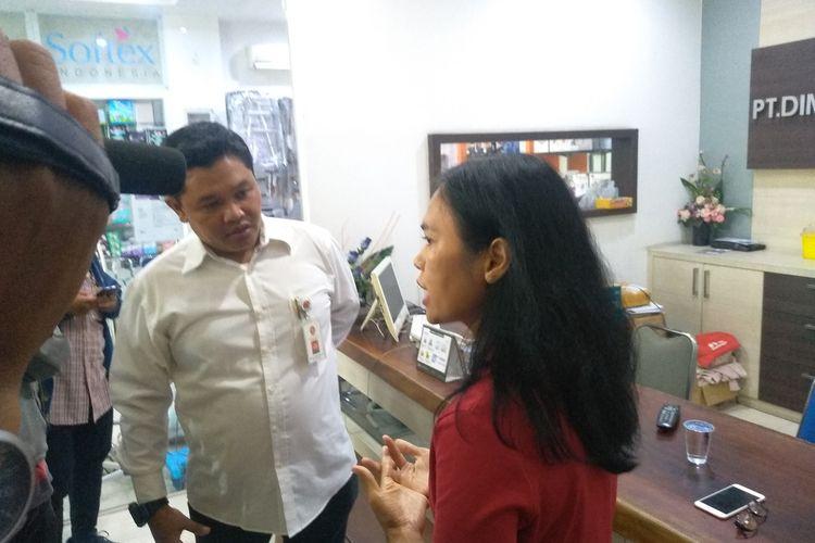 Direktur PT Dimas Andalas Makmur, distributor masker di Medan untuk wilayah Sumatera Utara dan Aceh menjelaskan lonjakan harga masker, dari Rp 40.000 menjadi Rp 125.000 per kotaknya. Menurutnya, saat ini ada penurunan pasokan masker dan di saat yang sama terjadi peningkatan permintaan. Ketua KPD KPPU Medan, Ramli Simanjuntak (baju putih) mengingatkan agar pelaku usaha tidak mengambil keuntungan berlebih dengan menaikkan harga jual.
