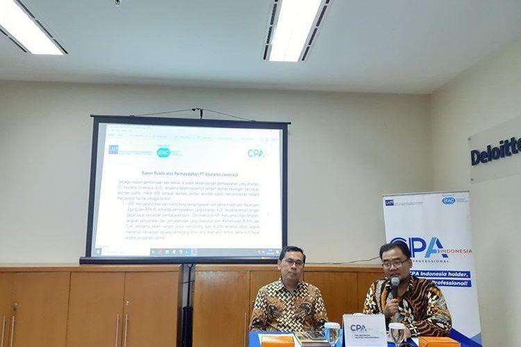 Ketua Umum IAPI Tarkosunaryo (kiri) menyampaikan siaran publik atas permasalahan yang membelit PT Asuransi Jiwasraya di Jakarta, Senin (13/1/2020).