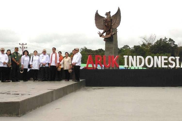 Presiden Joko Widodo dan beberapa pejabat Kabinet Kerja berfoto selepas meresmikan PLBN Aruk di Sambas, Kalbar, Jumat (17/3/2017).