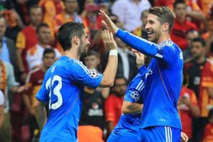 Pemain Real Madrid Isco (kiri) mendapat sambutan dari rekan setimnya, Sergio Ramos, setelah mencetak gol ke gawang Galatasaray pada matchday 1 Liga Champions, Selasa (17/9/2013) di TT Arena Stadium di Istanbul. Madrid menang 6-1.