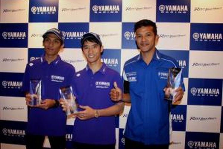 Para pebalap Yamaha Indonesia (kiri-kanna), Sigit PD, Imanuel Pratna, Rey Ratukore, berpose dengan penghargaan yang diterima pada Yamaha Rider Award 2015 di Kuala Lumpur, Malaysia, Kamis (5/2/2015).